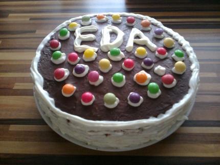 jednoduchý dort k narozeninám super jednoduchý dort,moc dobrý pro nás amatééééry: D   Dorty  jednoduchý dort k narozeninám