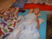 A děti taky.usnuli už v obyváku u tv