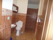 Záchod s koupelnou.Tak velkou my máme doma ložnici